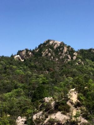 のぼり途中から天狗岩を見る
